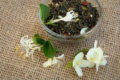 干绿茶和茉莉花花 库存照片