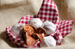 干bael茶和大蒜由葡萄酒Bu投入了红色斯科特盖子 免版税库存照片