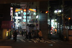 平交道口和霓虹灯,大阪 库存照片
