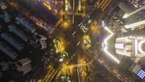 平交道口在上海,中国在晚上 空中垂直的自上而下的看法 股票录像