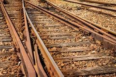 平交道口的细节视图 生锈的火车轨道 库存图片