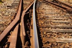 平交道口的细节视图 生锈的火车轨道 免版税库存图片
