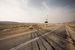平交道口路轨在沙漠 免版税库存图片