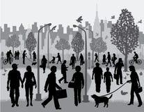 平凡的人在城市公园 皇族释放例证