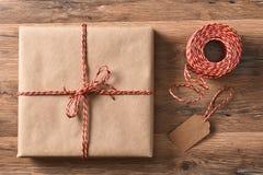 平原被包裹的礼物和串 免版税库存图片