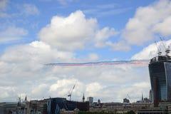 平原被排列的飞越的伦敦 库存照片