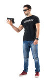 年轻平原给在手指的警察转动的枪穿衣 免版税库存图片