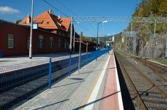 平台和铁路轨道在火车站 免版税库存照片
