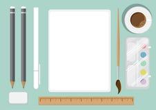 平台式观点的艺术家s 有一张干净的纸片的书桌 免版税库存照片
