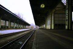 平台时钟和长凳没有人和没有火车 免版税图库摄影