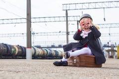 平台的小女孩在火车站 免版税图库摄影