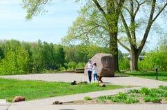 平台的青年人在鲍里索夫石头,波洛茨克,白俄罗斯附近 免版税库存图片