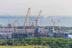 平台石油制造和架设在向着海岸的围场运作 免版税库存照片