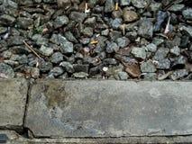 平台路面和石头在铁路 免版税库存图片