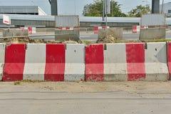 平台水泥路障红色白色地区修路 免版税库存照片