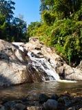 平均观测距离剧痛瀑布在Pai, Mae洪Son,泰国 免版税库存照片