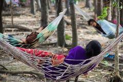 平安地休息在吊床的妇女的图片 免版税库存照片