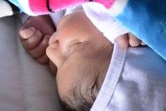 平安地休眠新出生的婴孩 免版税库存照片