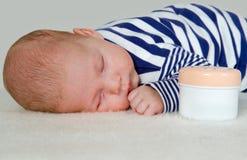 平安地休眠新出生的男婴 库存照片