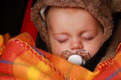 平安地休眠新出生的婴孩 免版税库存图片