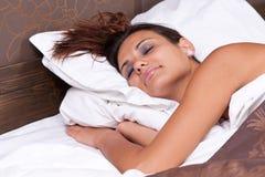 平安地休眠的妇女 免版税库存图片