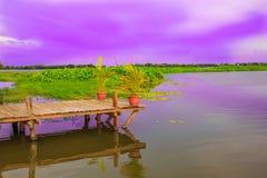 平安地停留在一个绿色湖的木Brideg在Cle下 库存图片