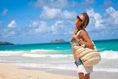 平安地放松在夏威夷人的热带海滩的旅游妇女 免版税库存图片