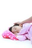 平安地睡觉可爱的亚裔的孩子, isplated在白色后面 库存图片
