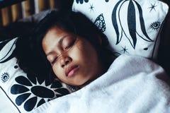平安地睡觉在阳台上的年轻亚裔妇女在暑假时 库存图片