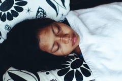 平安地睡觉在阳台上的年轻亚裔妇女在暑假时 免版税库存照片