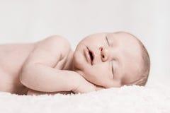 平安地睡觉新出生的婴孩的男性特写镜头面孔 免版税图库摄影