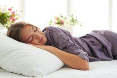 平安地睡觉美丽的妇女特写镜头缎睡衣的 免版税图库摄影