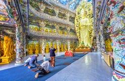 平安地祈祷在寺庙的香客 免版税图库摄影