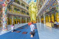 平安地祈祷在寺庙的香客 库存图片