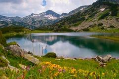 平安湖的山 库存图片