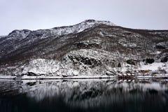 平安的多雪的山反射 免版税库存照片