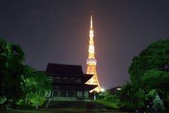 平安的寺庙&闪烁的东京铁塔 库存图片