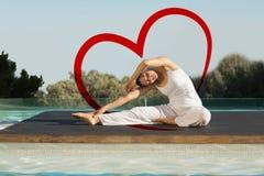 平安的浅黑肤色的男人的综合图象在janu sirsasana瑜伽姿势游泳池边 免版税库存图片