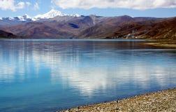 平安的湖在西藏 免版税库存图片
