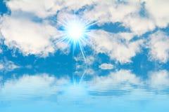 平安的背景-明亮的太阳,蓝天,白色云彩-冻胀 免版税库存照片
