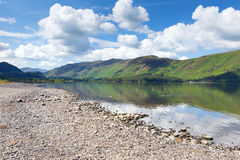 平安的镇静轻松的夏天早晨在Derwent水的英国湖区 免版税库存图片