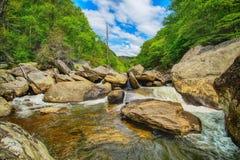 平安的Linville河小瀑布 免版税库存照片
