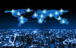 平展世界地图别针城市、全球企业和网络连接线在未来派技术概念在聪明的都市城市 库存图片