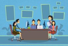 平展谈论亚洲商人运作的计算机的会议办公桌买卖人 库存图片