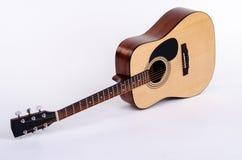 平展说谎的声学吉他 库存照片