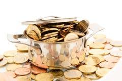 平底深锅和欧洲硬币 免版税图库摄影