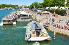 平底船公共汽车在巴黎,法国 免版税库存图片