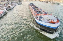 平底船在塞纳河,巴黎 库存照片