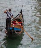 平底船的船夫和乘客背面图  免版税库存照片