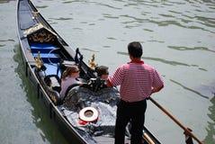 平底船的船夫和他的乘客大运河的在威尼斯,意大利 库存照片